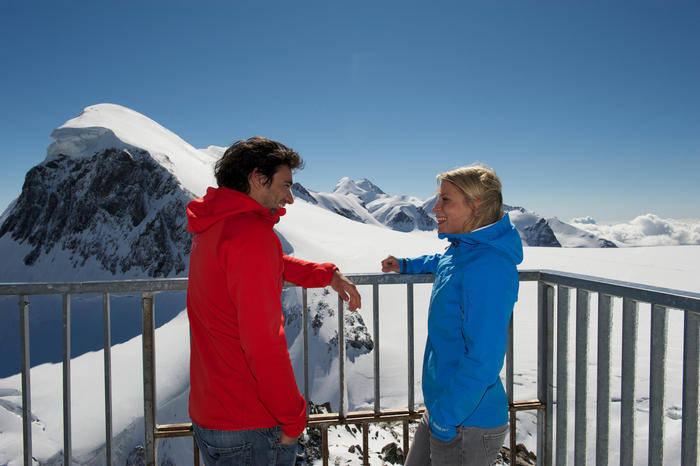 Aussichtsplattform mit Sicht aufs Breithorn front magnific - Швейцария. Рекорды Церматта