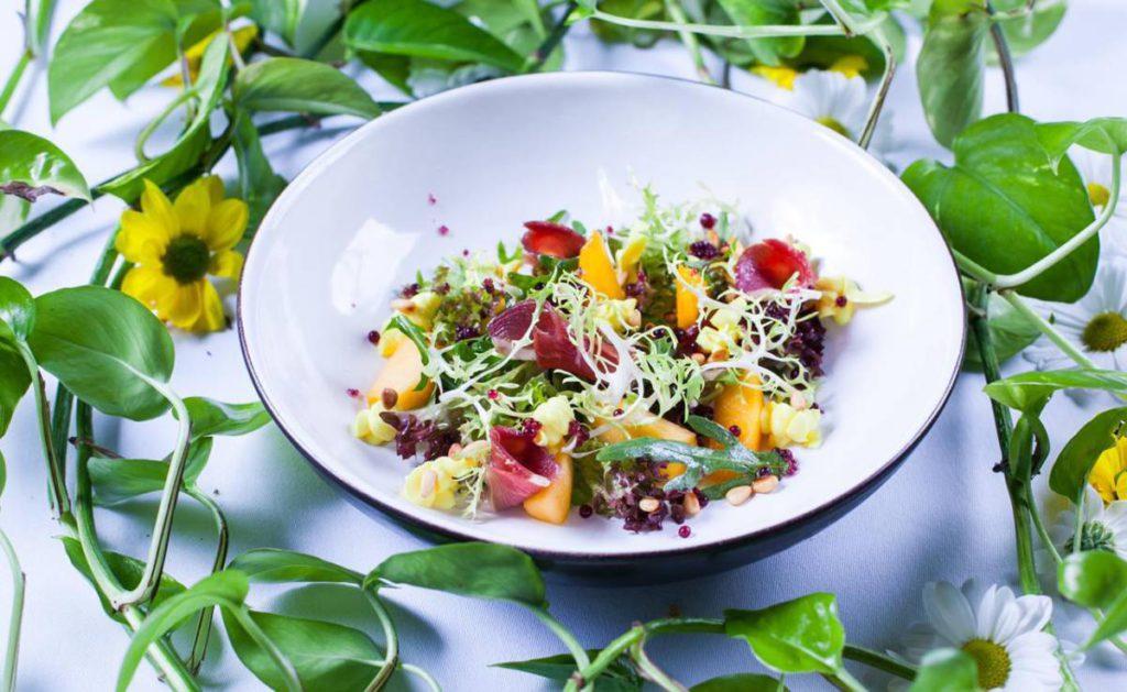 Miks salat s utinoj grudkoj 1024x629 - Весне навстречу
