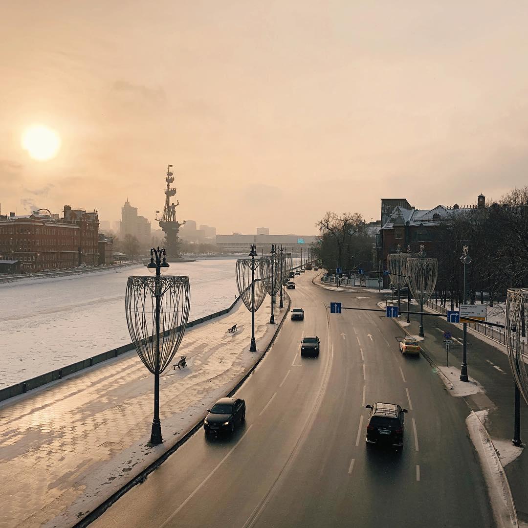 Prechistenskaya naberezhnaya vid s Patriarshego mosta - Pentahotel. Я покажу тебе Москву