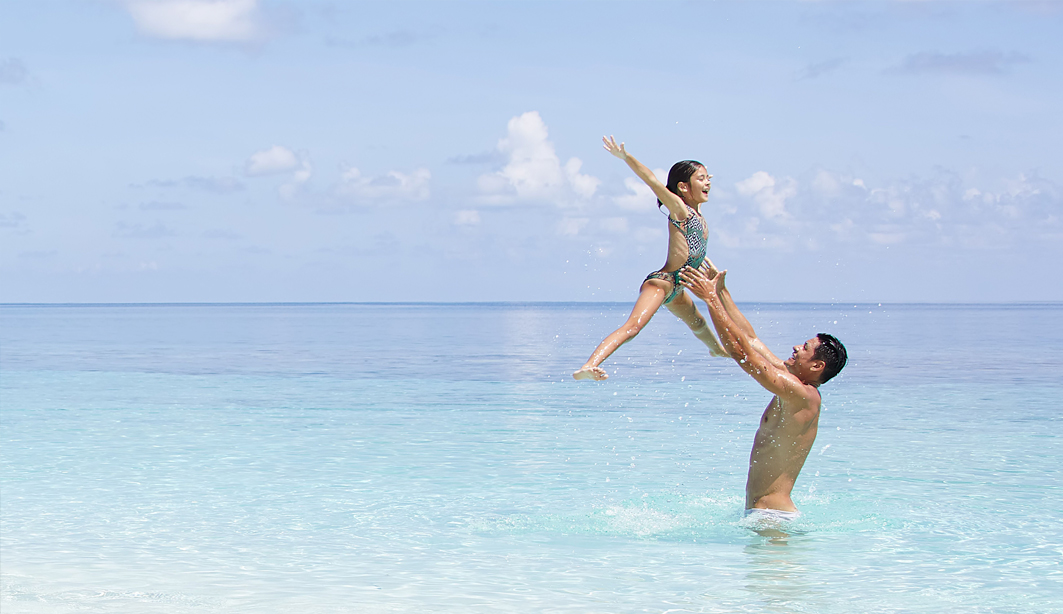 father and daughter on beach 1063x614 - Conrad Maldives. Экологичный Новый год