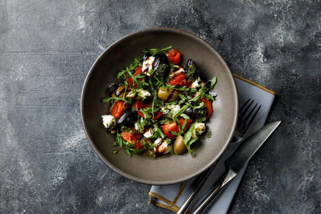 BP salat kapreze s nezhnoi motsarelloi  1024x682 - Февраль. Что нового в ресторанах