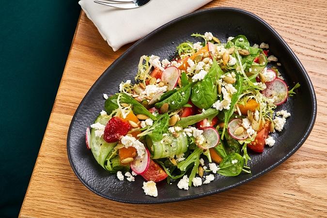 Gastrobistro Taste Salat Immuna s fruktami i syrom Nadugi - Москва. Летнее меню ресторанов