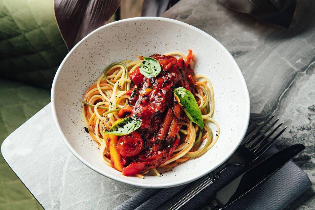 Spagetti trikolor s ovoshhami v tomatnom souse 1024x683 - Москва. Постное меню ресторанов
