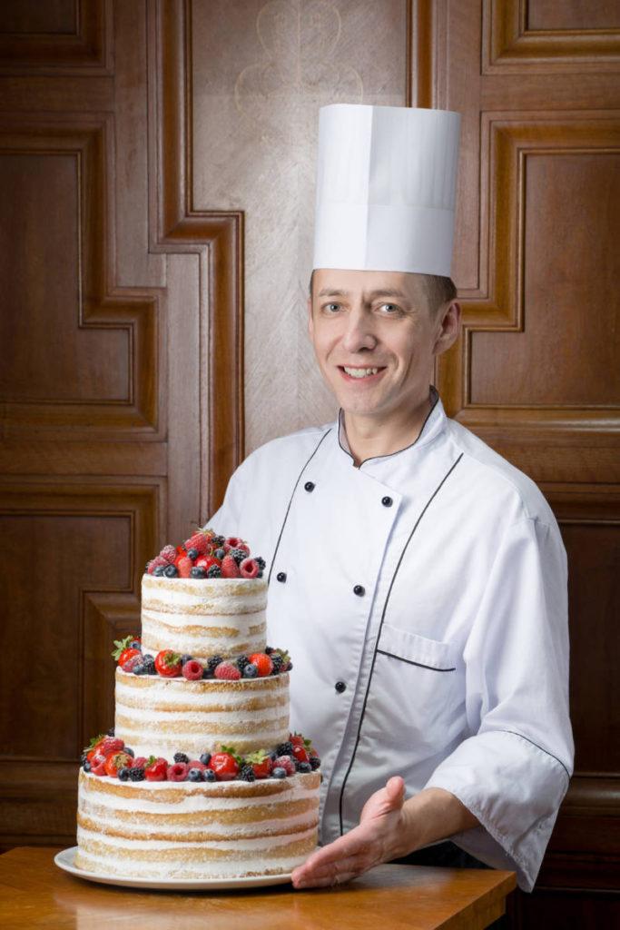 Dmitrij SHibkov shef konditer Grand Otelya Evropa 683x1024 - Гранд Отель Европа. Пасхальное предложение