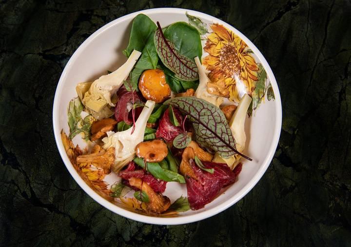 L.E.S. Salat s lisichkami i sugudaem iz govyadiny - Август. Что нового в ресторанах